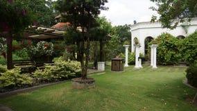 Jardines hermosos con los pilares de la fuente y de la columna de Kuala Lumpur imágenes de archivo libres de regalías