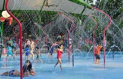 Jardines por el área de juego del parque del agua de la bahía Foto de archivo libre de regalías
