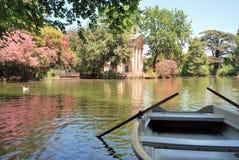 Jardines y barco de Borghese del chalet Foto de archivo