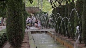 Jardines y fuentes cerca del palacio del La Almudaina Palma de Mallorca metrajes