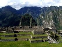 Jardines y montañas de la cascada en Machu Picchu Foto de archivo