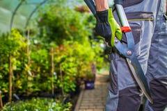 Jardinier avec des ciseaux images stock