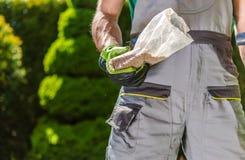 Jardinier avec des graines à disposition photo stock
