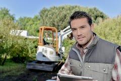 Jardinier avec un comprimé photographie stock libre de droits