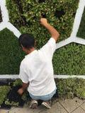 Jardinier dans le travail image stock