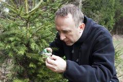 Jardinier de Moyen Âge travaillant dans le jardin de forêt Photo libre de droits