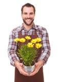 Jardinier de sourire tenant des fleurs image stock