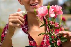 Jardinier féminin dans le jardin ou la pépinière du marché Photos stock