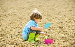Jardinier heureux d'enfant Travailleur botanique Vue au ch?teau de patrimoine mondial de Cesky Krumlov Sant? et ?cologie Jour de  photographie stock