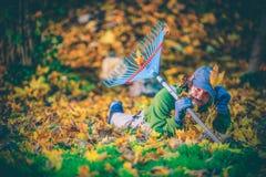 Jardinier heureux de feuillage d'automne photographie stock