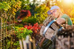 Jardinier heureux et son jardin photo stock