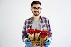 Jardinier masculin avec des fleurs photo libre de droits
