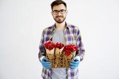 Jardinier masculin avec des fleurs images stock