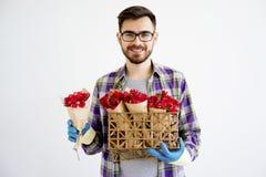 Jardinier masculin avec des fleurs image libre de droits