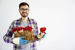 Jardinier masculin avec des fleurs photographie stock libre de droits
