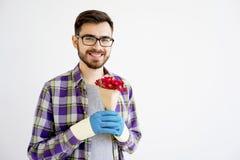 Jardinier masculin avec des fleurs photos stock