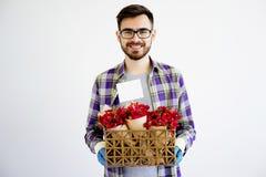 Jardinier masculin avec des fleurs photographie stock