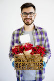 Jardinier masculin avec des fleurs image stock