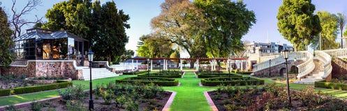 Jardins ajardinados do local de encontro do casamento fotos de stock