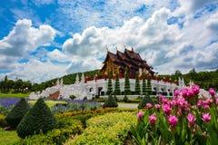 Jardins cor-de-rosa pelo pavilhão no parque real Rajapruek em Chiang Mai, Tailândia Foto de Stock Royalty Free