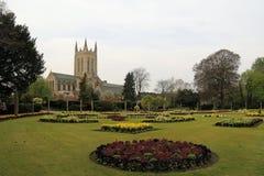 Jardins da abadia da catedral e da mola do St Edmundsbury imagens de stock