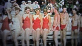JARDINS DE CYPRESS, ETATS-UNIS - 1957 : Étalage de maillot de bain des jeunes et à la mode gens du temps banque de vidéos