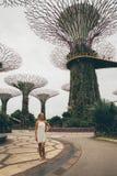 Jardins de exploração da menina pela baía em Singapura Imagens de Stock