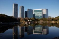 Jardins de Hama-rikyu, edifícios do negócio da cidade de Tokyo foto de stock royalty free