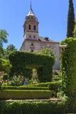 Jardins de Paraiso e a igreja de Santa Maria de la Alhambra, GR fotografia de stock