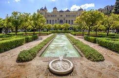 Jardins de Pedro Luis Alonso et le bâtiment d'hôtel de ville à Malaga, Photos stock