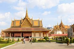Jardins de Royal Palace de temples de personnes, Phnom Penh Images stock