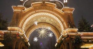 Jardins de Tivoli avec Noël de chute de neige d'amusement et de joie banque de vidéos