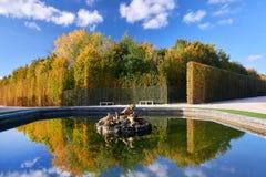 Jardins de Versailles pendant l'automne d'or images stock