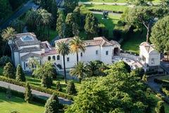 Jardins do Vaticano em Cidade Estado do Vaticano Silhueta do homem de negócio Cowering Indicadores velhos bonitos em Roma (Italy) Fotos de Stock Royalty Free