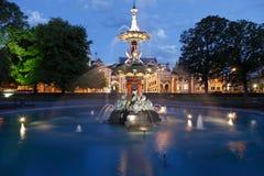Jardins et fontaine de Botantical au crépuscule Image stock