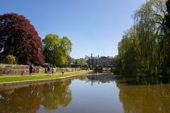 Jardins et lac à l'abbaye de Coombe Photo stock