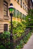 Jardins et maisons urbaines le long de 23ème rue en Chelsea, Manhattan, Photos libres de droits