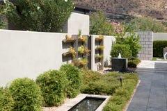 Jardins exteriores da casa luxuosa da mansão imagem de stock