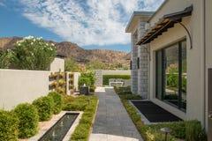 Jardins exteriores da casa luxuosa da mansão fotografia de stock