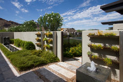 Jardins exteriores da casa luxuosa da mansão foto de stock