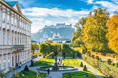 Jardins famosos de Mirabell com a fortaleza histórica em Salzburg, Áustria Imagem de Stock Royalty Free