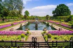 Jardins formels et fontaines au palais de Kensington, Londres images stock