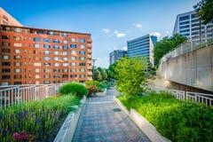 Jardins le long d'un passage couvert au parc de liberté et aux bâtiments modernes dedans Photographie stock libre de droits