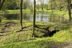 Jardins públicos em Chotebor com a lagoa durante a estação de mola, cena romântica, reflexões da água Fotos de Stock Royalty Free