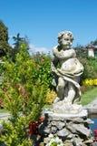 Jardín botánico agradable con la estatua Foto de archivo