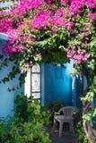 Jardín de la yarda de la casa en Grecia Fotografía de archivo libre de regalías