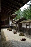 Jardín de piedras en un templo japonés Imágenes de archivo libres de regalías