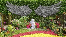 Jardín del otoño con la pequeña estatua de la querube Fotografía de archivo