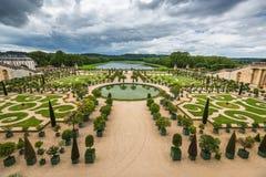 Jardín hermoso en un palacio famoso Versalles, Francia Foto de archivo