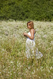 Jardín salvaje cruzado que recorre de la mujer Foto de archivo